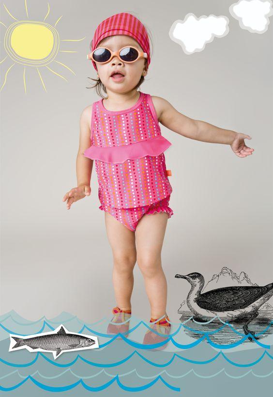 Auf geht's ans Meer! Das richtige Outfit für den Tag am Strand: Tanksuit Girls in light pink, sunspecs Kindersonnenbrille und Sun Protection Bandana.