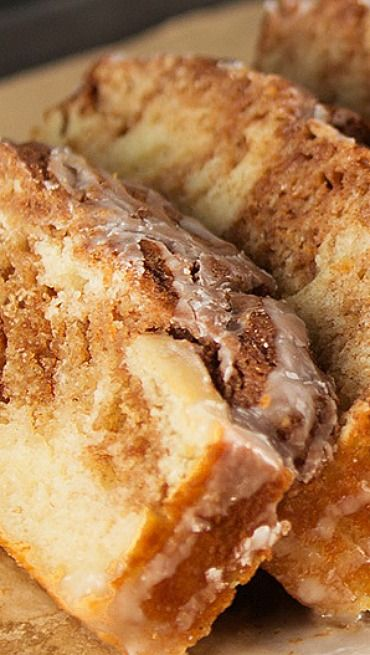 Cinnamon Roll Bread - Quick and easy Cinnamon Roll Bread with a cinnamon streusel topping. No yeast required!