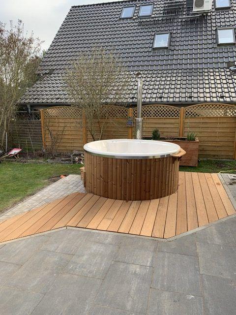 Erfahrungsbericht Badefass Aus Holz Mit Ofen Fotos Infos Kosten Der Badetonne Hausbau Blog In 2021 Badetonne Badefass Whirlpool Terrasse