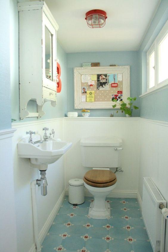 carrelage et peinture murale assortie dans la salle de bains vintage