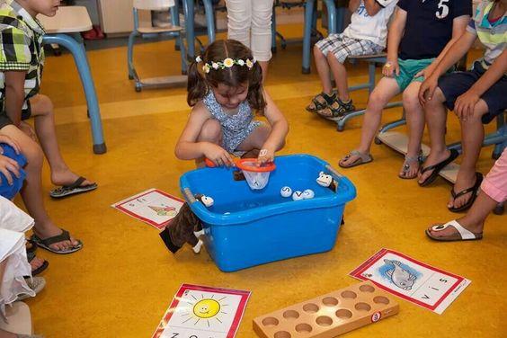 Letters vissen! Een bak water, pingpongballetjes, een watervaste stift en een klein netje, meer is er niet nodig om te oefenen met letters en woorden.