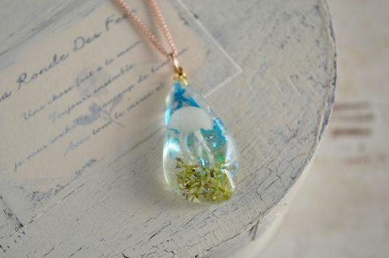 クラゲの住む「小さな海」をイメージしたのネックレス。このデザインは「小さな海」シリーズと名付けており、手作りのクラゲが優雅に泳ぐ姿を表現しています。海の中に緑...|ハンドメイド、手作り、手仕事品の通販・販売・購入ならCreema。