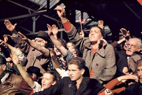 Des gens qui saluaient la campagne d'Adolf Hitler pour réunir l'Autriche et l'Allemagne, 1938.