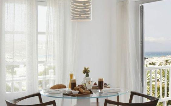einrichtungsideen-esszimmer-hölzerne-stühle-runder-glastisch-weiße