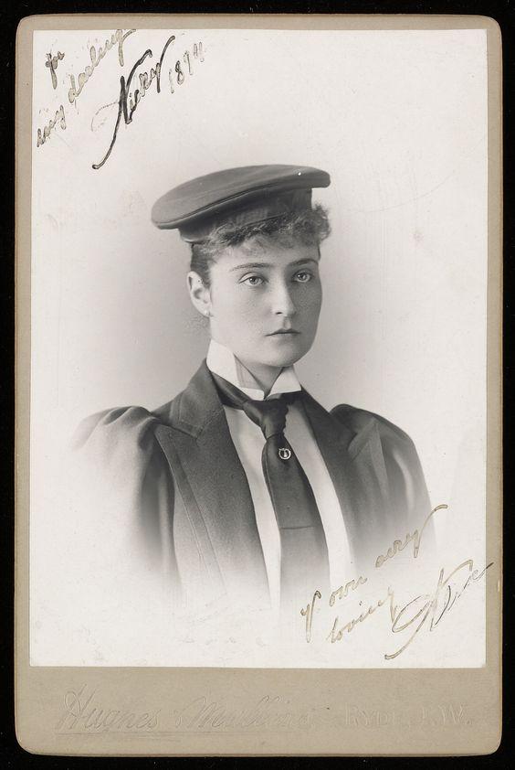 """Princesa Alix of Hesse em 1894. Alix veste terno com camisa e gravata e chapéu. Assinado no canto esquerdo: For my darling Nicky 1894"""" . No canto direito: You´ve very loving Alix"""""""