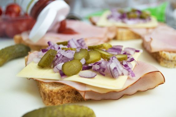 Ein #Spezialtoast ist immer willkommen und ein schneller Snack. Das Rezept wird mit Zwiebel, Gurkerl und Käse zubereitet.