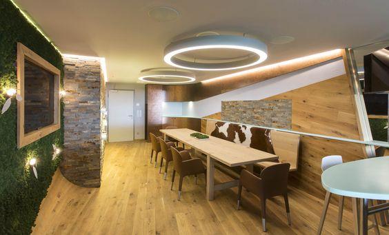 Beautiful VIP Lounge mit Holzm beln und Holzboden Beleuchtung durch futuristische Deckenlampe und die Wand ist