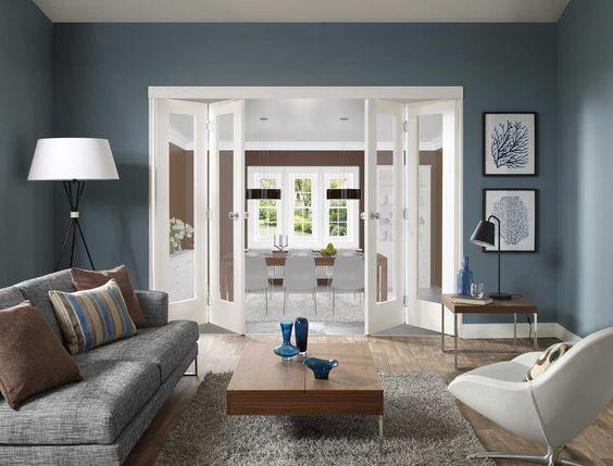 modernes wohnzimmer blau mit falt-innentüren weiß