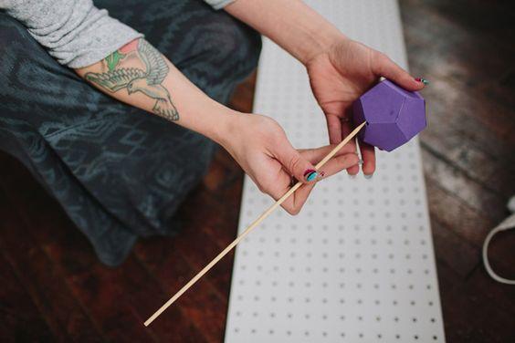 2. Coloque o espetinho de churrasco nas formas geométricas em 3d.