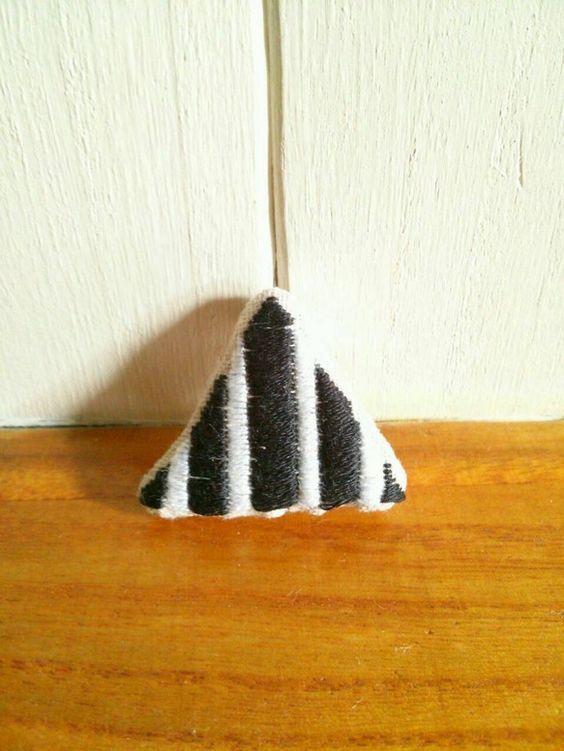 ホワイトとブラックの刺繍糸で作った三角ブローチです。綿麻生地に一針一針ストライプ模様に手刺繍しました。ブローチピンは縦に縫いつけてあります。中にはキルト綿を挟... ハンドメイド、手作り、手仕事品の通販・販売・購入ならCreema。