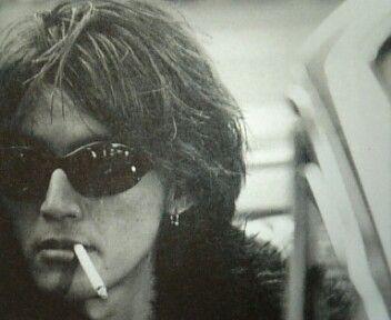 煙草をくわえている稲葉浩志