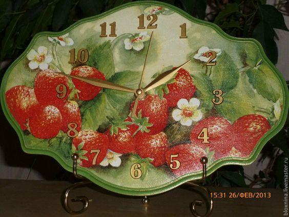 """Часы для дома ручной работы. Ярмарка Мастеров - ручная работа Часы """"Спелая клубника"""". Handmade."""