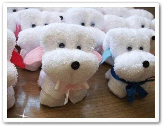 Toalhinha de lavabo em forma de cachorrinho, com olhinhos, focinho e laço.Lindo presente ou lembrancinha. A toalha com o nome bordado é R$ 12,00. Fazemos em outras cores, consulte. R$ 8,08
