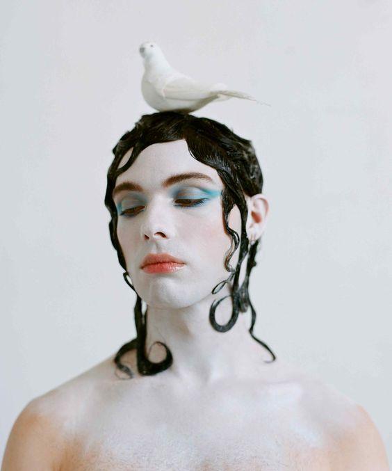 Harry Charlesworth, @jeffhova, es artista de performance. Peluquería de @evaniefrausto y maquillaje de @laramiemakeup