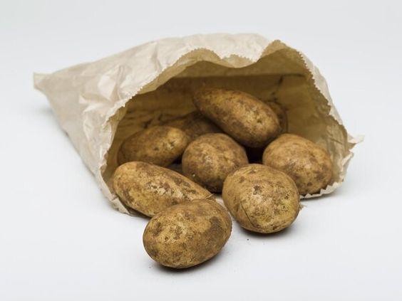 Nie wyrzucaj takich ziemniaków od razu do kosza. Można je zjeść pod jednym warunkiem