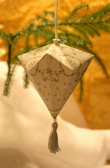Christmas origami ornament - found instructions here: http://www.pmurphy.org/index.php?/paper/diamond-jackal/
