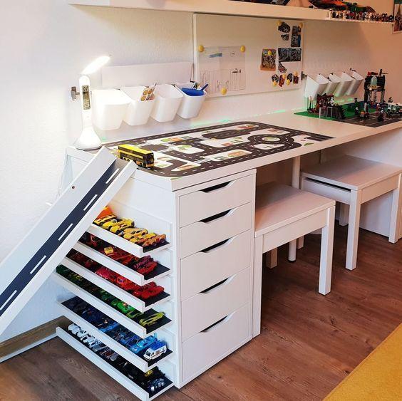 bureau zo ingericht dat speelgoed goed opgeborgen kan worden en ook LEGO opgeruimd kan worden
