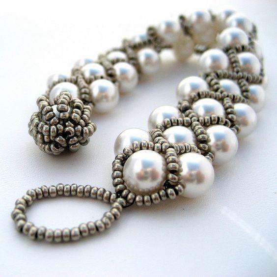 Burlesque Bracelet via right angle weave krijg je dit effect.