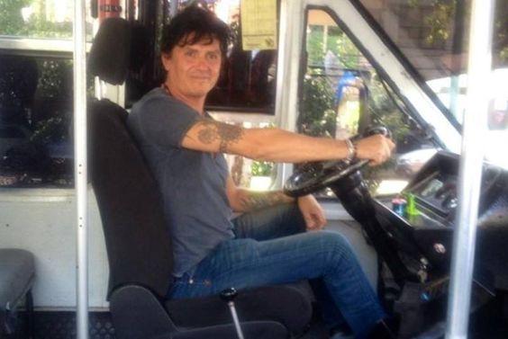 Saúl Hernández manejando el autobús!