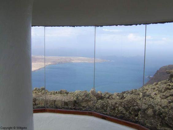 Afbeelding van http://www.willgoto.com/images/Size3/C_Lanzarote_Cesar_Manrique_Mirador_del_Rio_panorama_4c4fc0d49cc6450b82dbfe4bc601c8c4.jpg.