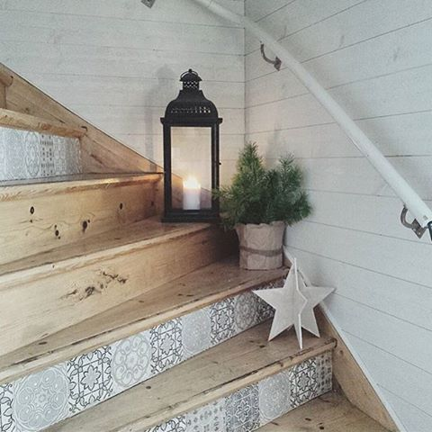 Le joli escalier en bois customiser avec les carreaux de ciment ! J'adore !  #cocooning #interior4all #intérieur #inspiration #interior4you #scandinave #scandinavian #scandinaviandesign #déco #decor #design #décoration #idée #DIY #escalier #bois #photodujour #lanterne @tjugondehusknuten
