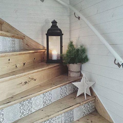 Le joli escalier en bois customiser avec les carreaux de ciment ! J'adore !  #cocooning #interior4all #intérieur #inspiration #interior4you #scandinave #scandinavian #scandinaviandesign #déco #decor #design #décoration #idée #DIY #escalier #bois #photodujour #lanterne @tjugondehusknuten