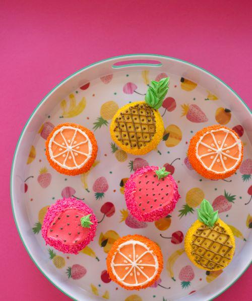 cupcakejunkie:  (via fruity summer cupcakes! - Oh Joy!)
