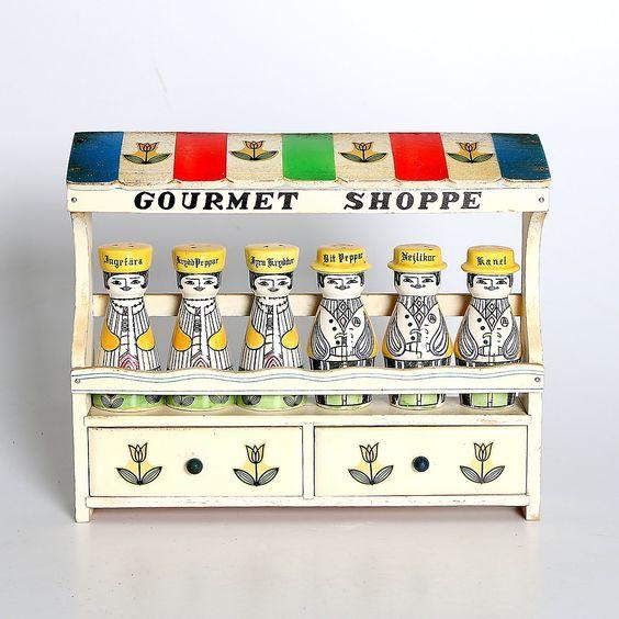 """Bilder zu 232114. KRYDDHYLLA, 7 delar, porslin. """"Gourmet Shoppe"""". 1900-tal. – Auctionet"""