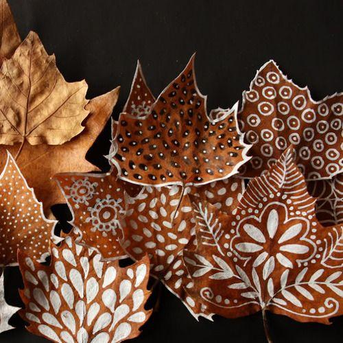 de belles feuilles d'automne et un posca blanc ! (ou de la peinture et un bon…