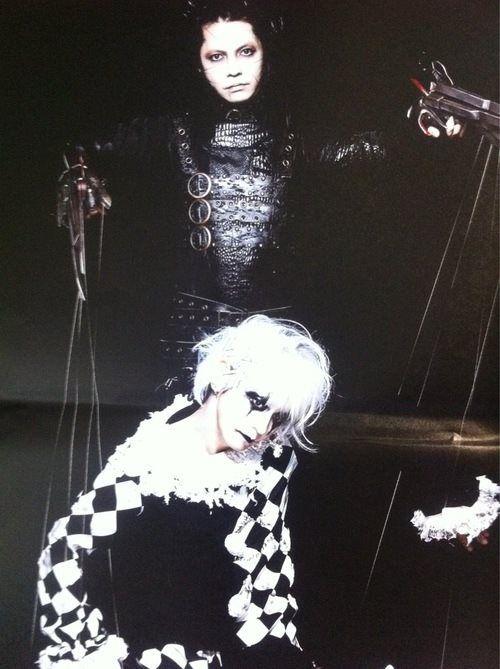 Hyde dressed as Edward Scissorhands.                                                                                                                                                                                 もっと見る