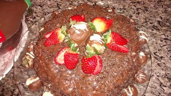Bolo de chocolate,cobertura de ganache, recheio de leite ninho e mousse de cholate. Thá Ferreira