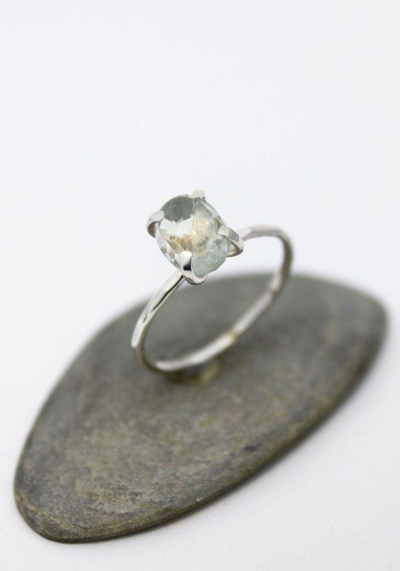 Dainty naturelle ovale bague améthyste vert / Simple Silver Ring / bague d'empilage / martelé bague / US 7 par rosajuri sur Etsy https://www.etsy.com/ca-fr/listing/270586138/dainty-naturelle-ovale-bague-amethyste