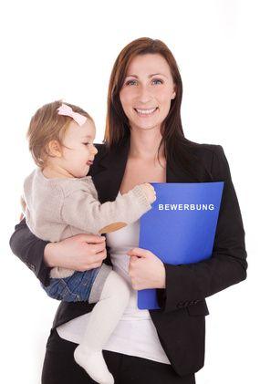 Alleinerziehend und auf Jobsuche? Alleinerziehende Väter und Mütter haben es nicht leicht. Das gilt vor allem dann, wenn zusätzlich noch die Belastung von einem Job dazu kommt. Oft beginnen die Probleme schon bei der Terminierung, weil niemand auf das Kind aufpasst.