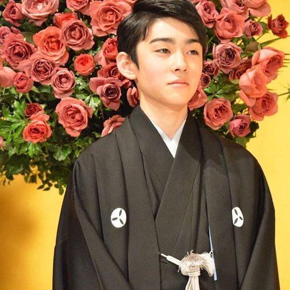 バラの花をバックにした八代目市川染五郎のかっこいい画像