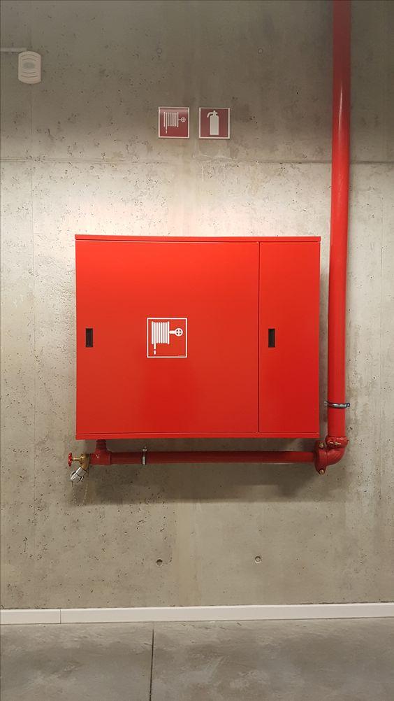 Een vlak is ook niet altijd in een patroon. Vaak vind je vlakken die op zichzelf zijn. Deze rode brandkast is daar een van.