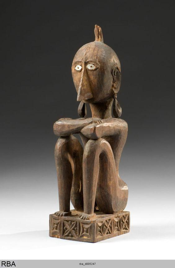 (786×1200)Männliche Ahnenfigur Leti & Molukeken (südlich) & Indonesien 1801/1900 SitzfigurSkulptur Holz Höhe: 34 cm Köln, Rautenstrauch-Joest-Museum