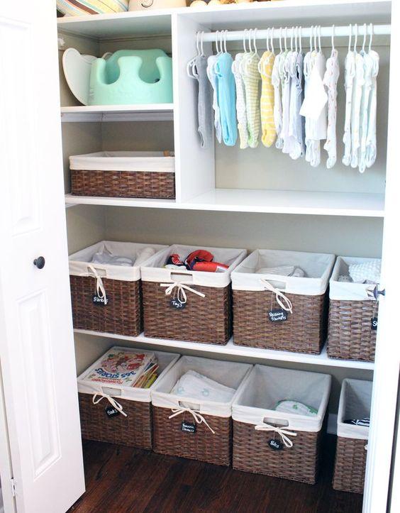 armario lleno de cestas: