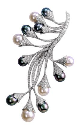 The Asphodele clip of 5 white pearls, 7 gray pearls and 11 carats of diamonds, from Van Cleef  & Arpels