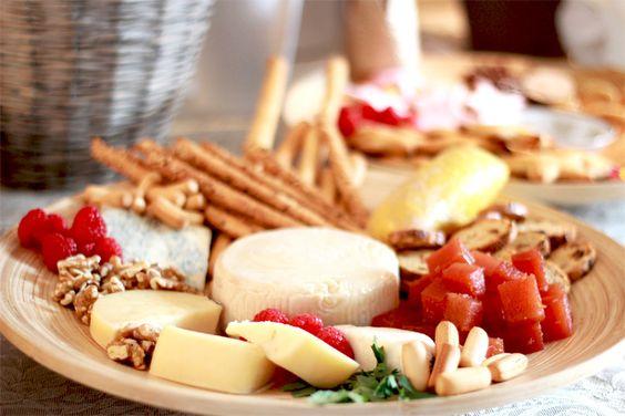 Tabla de quesos: queso curado, tarta del casar, queso azul, con nueces, frambuesas, membrillo y panes