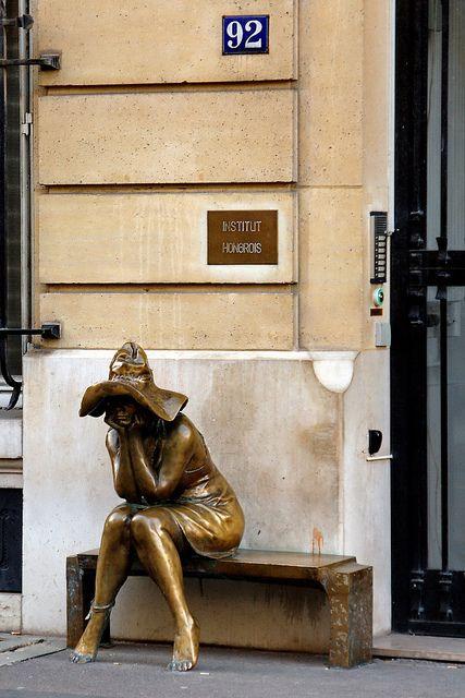 """""""Sous le chapeau"""" sculpture d'Andras Lapis - Rue Bonaparte - Paris - Lapis, Sa jumelle parisienne, tout d'abord exposée à l'intérieur de l'Institut Hongrois, trouve sa place rue Bonaparte à partir de 2007. More news about Paris on Cityoki http://www.cityoki.com/en/cities/paris/ Plus d'infos sur Paris sur Cityoki ! http://www.cityoki.com/fr/villes/paris/:"""