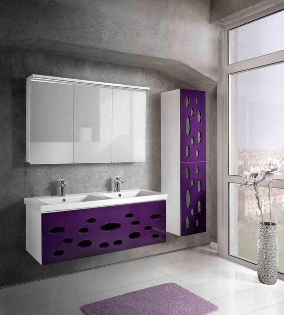 meuble salle de bain moderne en violet laqué, parement mural en