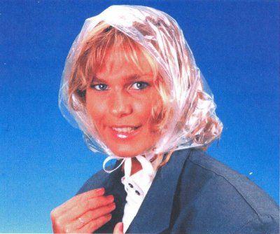 La capuche en plastique pliée en accordéon dans le sac...Mémé S. en avait toujours une pour elle et une pour moi...                                                                                                                                                      Plus