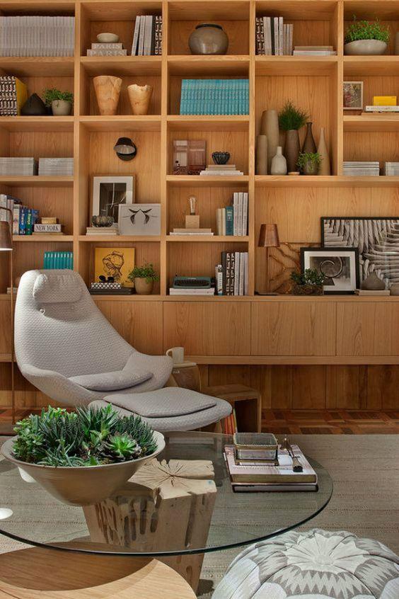 Estante para sala talvez tenha perdido espaço para os racks devido a valorização de espaço em pequenos apartamentos mas há quem seja privilegiado e pode ter uma linda estante para sala cheia livros, porta-retratos e enfeites lindos.