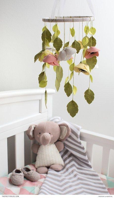 mobile bébé fleurs et feuilles