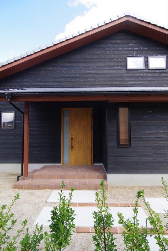 夫婦ふたりのfree Style 黒い焼杉の家 黒壁 茶色の玄関 茶色の破風