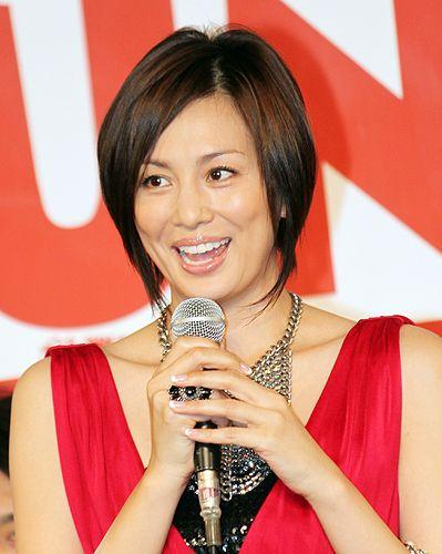 マイクを持つ米倉涼子さん