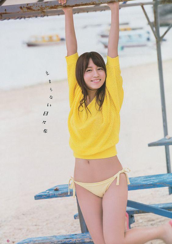 黄色い水着ではしゃぐ大場美奈