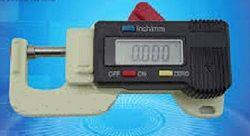 Mesureur électronique d'épaisseur du cuir. Il peut mesurer des épaisseurs allant de 0 à 12.7 mm avec une précision de 0.01 mm. Livré dans sa boîte. Fonctionne avec une pile LR44 fournie. http://www.crea-cuir.com/achat-mesureur-electronique-epaisseur-du-cuir-414188.html