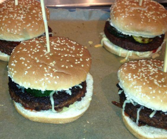 Vegane Burger mit gegrillten Zuccini.