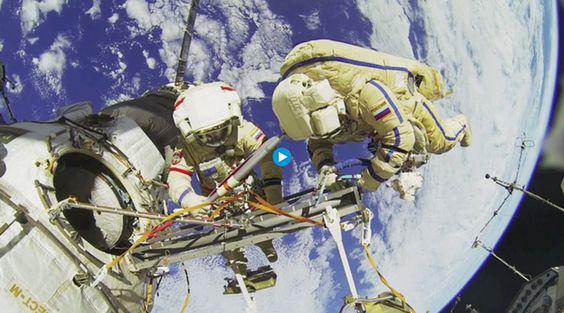 作業中の宇宙飛行士